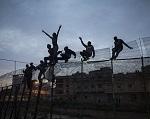 Inmigrantes subsaharianos en la valla que separa Marruecos de España en Melilla. 28–03–2014. SANTI PALACIOS