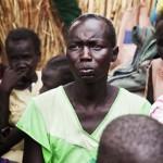 Ajith Athor junto a sus hijos y otras familias desplazadas en un campamento de Melut (Sudán del Sur), 27-02–2014 | ANNA SURINYACH