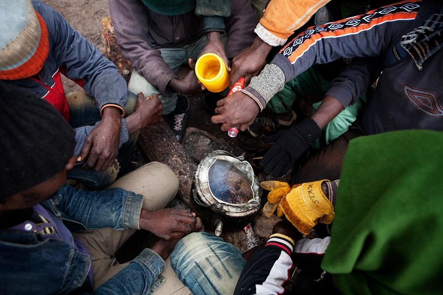 Grupo de migrantes subsaharianos esperando en el monte Gurugú para saltar la valla de Melilla. Marruecos, 12–11–2012 | ANNA SURINYACH