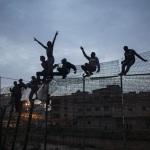 Inmigrantes subsaharianos en la valla que separa Marruecos de España en Melilla. 28–03–2014. Foto de SANTI PALACIOS