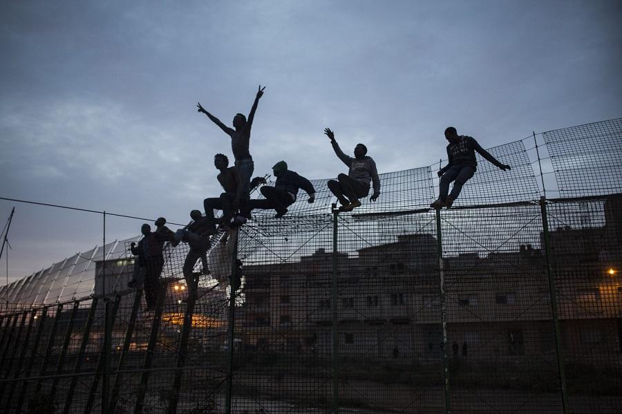 Migrantes subsaharianos en la valla que separa Marruecos de España en Melilla. 28–03–2014. Foto de SANTI PALACIOS
