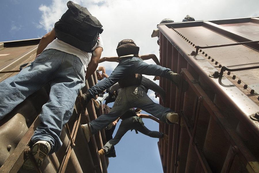 Migrantes centroamericanos subidos a La Bestia en Ixtepec, camino a Estados Unidos. México, 15–06–2014 | ANNA SURINYACH