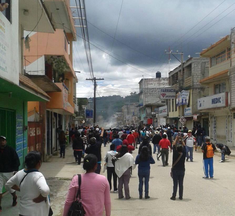 En Tlaxiaco, Oaxaca los granaderos están desalojando. La gente está apoyando a los maestros, y ya rodearon a los granaderos.