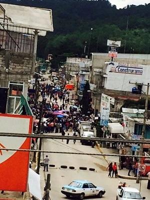 Maestros de la CNTE resisten embestida de militares y Policía federal en Tlaxiaco Oaxaca
