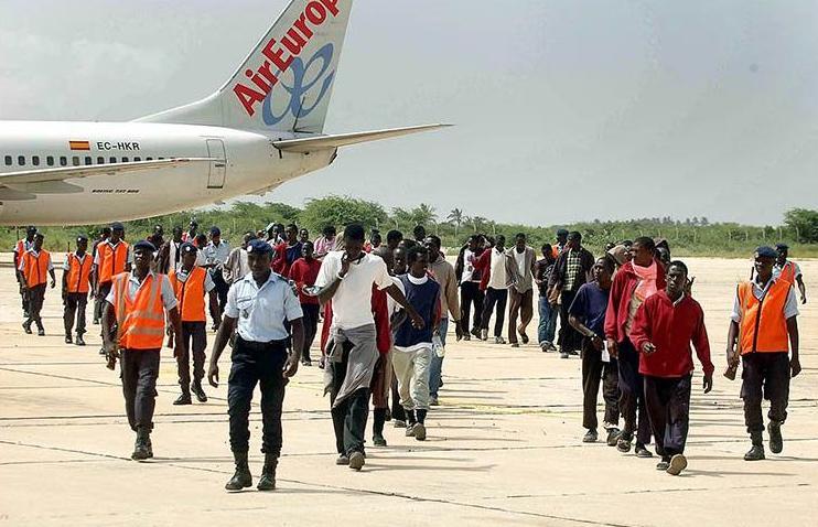 Personas migrantes que acaban de ser deportadas, desde España hasta Senegal, en un vuelo de Air Europa,  JOSÉ LUIS SÁNCHEZ