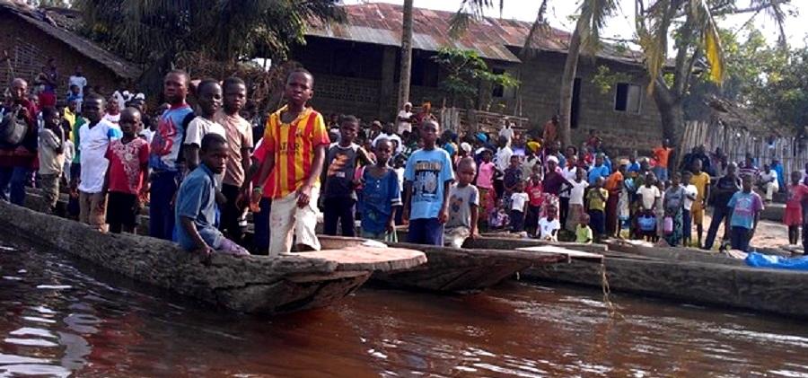 Niños en el desembarco de Lokutu en el río Congo. (Foto: GRAIN)