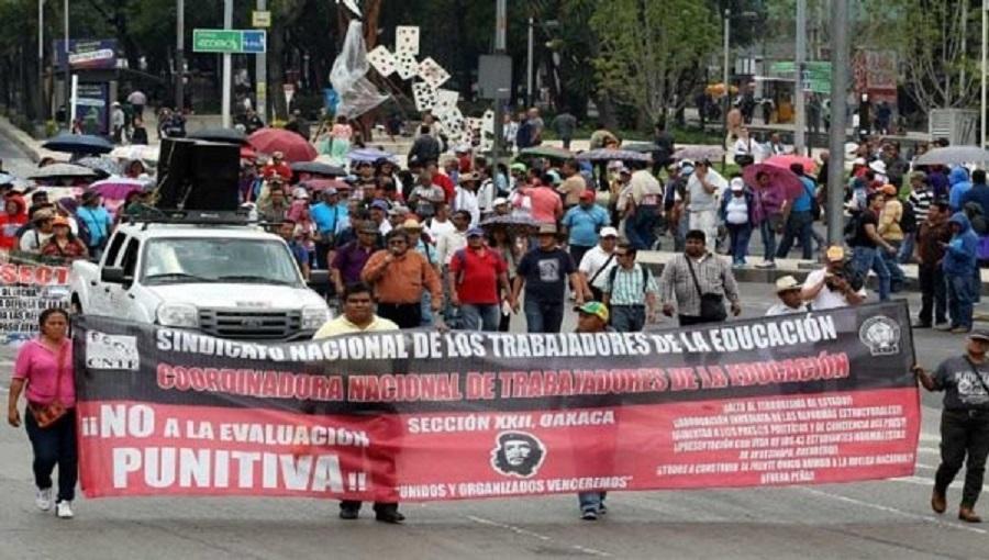 Sección XXII se atrinchera en el zócalo de la ciudad de Oaxaca, en espera de la siguiente movilización para este día.