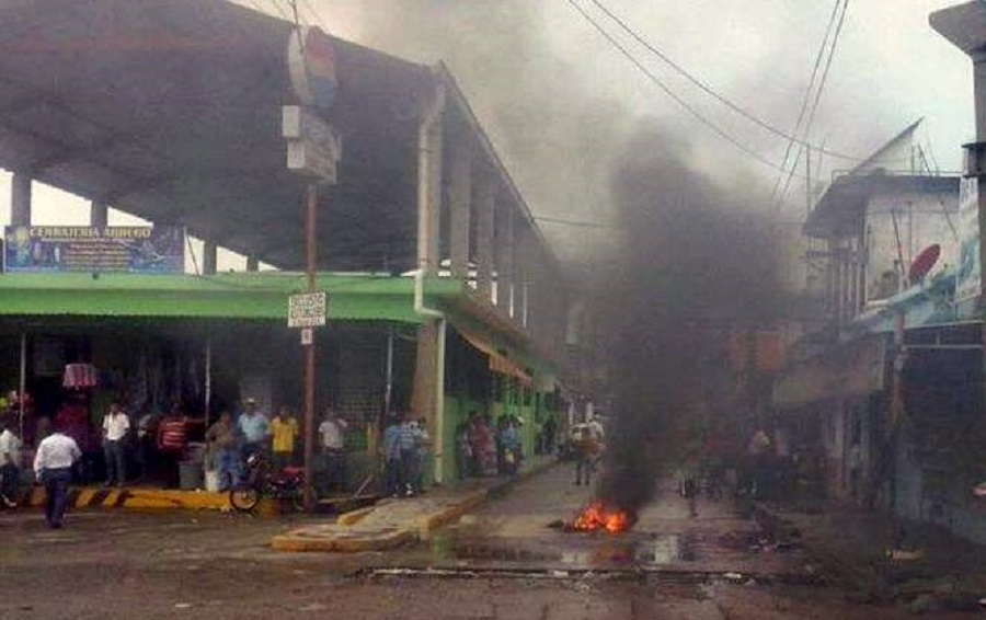 Teotitlán de Flores Magón, Oaxaca. Habitantes se unen a profesores e impiden entrada del ejercito al centro de la población