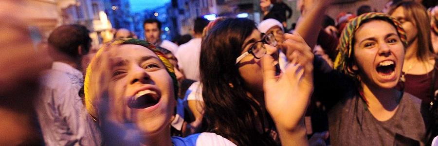 Mujeres que apoyan al Partido Democrático de los Pueblos (HDP) celebran los resultados en frente de la sede de esta formación política en Estambul, junio de 2015. Ozan Kosen/AFP/Getty Images