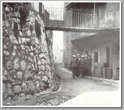 Mineros patrullan las calles de Uvieu (Calle Paraiso)