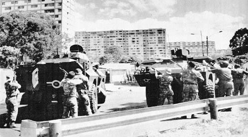 Militares disparando contra las ventanas de los bloques de viviendas de la popular Parroquia 23 de Enero
