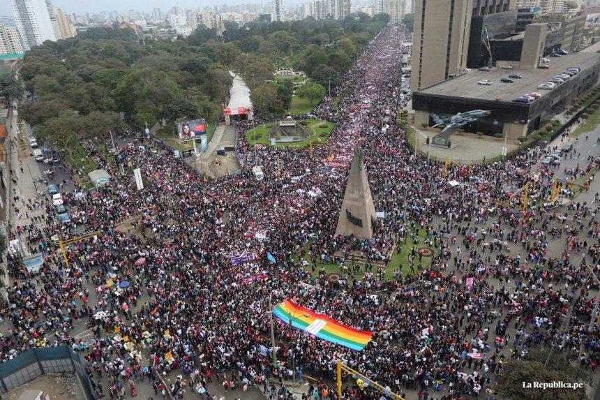 cientos-de-miles-de-personas-marcharon-contra-la-violencia-de-genero-en-peru-_860_573_1394178